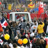 Bblog-Popemobile Crowd